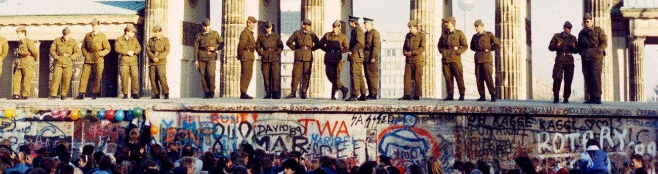 Падение берлинской стены. Берлинская стена, Бранденбургские ворота, Германия. Берлинская стена — инженерно-оборудованная и укреплённая государственная граница Германской Демократической Республики, построенная на территории ГДР вокруг Западного Берлина и существовавшая с 13 августа 1961 года по 9 ноября 1989 года. Берлинская стена не только разделяла западную и восточную части города, но и отделяла Западный Берлин от территории ГДР. Общая протяжённость составляла 155 км (в том числе 43,1 км — в черте Берлина). В ГДР в отношении стены употреблялось пропагандистское название «Антифашистский оборонительный вал», а в ФРГ до конца 1960-х годов официально употреблялся дисфемизм «Позорная стена», введённый Вилли Брандтом...