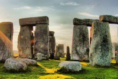 Стоунхендж, Стонхендж — внесённое в список Всемирного наследия каменное мегалитическое сооружение в графстве Уилтшир (Англия). Находится примерно в 130 км к юго-западу от Лондона, примерно в 3,2 км к западу от Эймсбери и в 13 км к северу от Солсбери. Это один из самых знаменитых археологических памятников в мире, Стоунхендж состоит из кольцевых и подковообразных сооружений, построенных из больших менгиров. Он находится в центре самого плотного комплекса памятников неолита и бронзового века в Англии. Сам памятник и его окрестности были включены в список Всемирного наследия ЮНЕСКО в 1986 г. вместе с Эйвбери. Стоунхендж передан британской короной в управление «Английскому наследию», тогда как ближайшие окрестности принадлежат Национальному трасту...